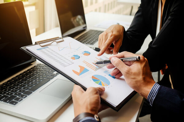 Análises top down e bottom up para comprar ações: o que preciso saber?