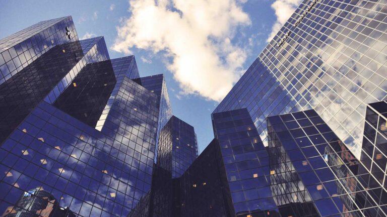Entenda o que são empresas microcap, small caps e blue chips. Veja também como cada uma atua no mercado de ações e suas diferenças. Além disso, veja como investir.